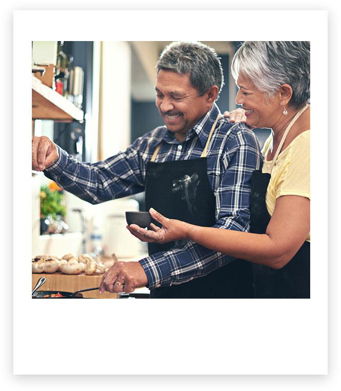 男人和女人在一起做飯