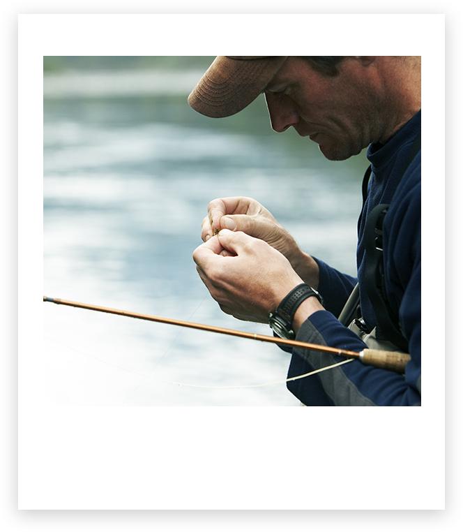 男子把魚餌放在一條釣魚線上