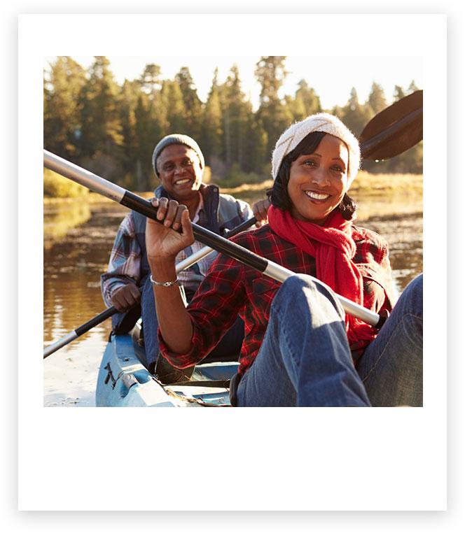 情侶一起划獨木舟