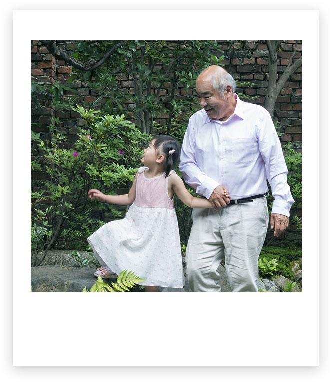 爺爺和孫女在外面牽手