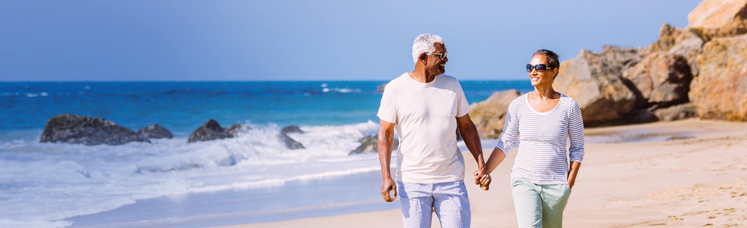 夫婦在海灘上牽手
