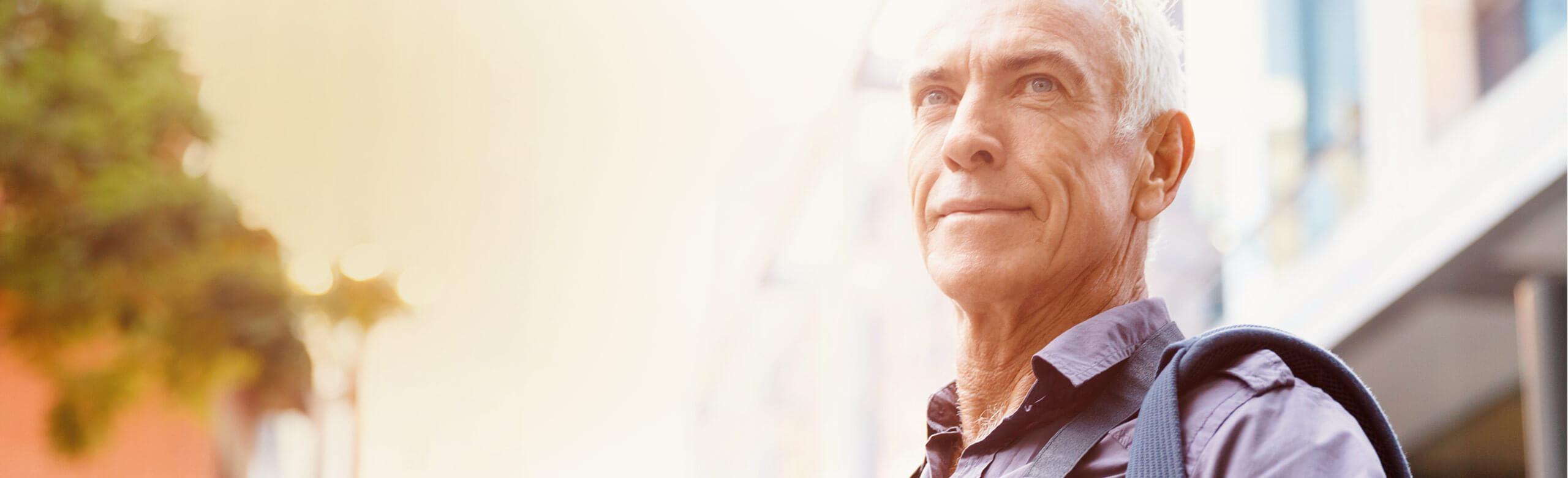 老人自信地看遠方