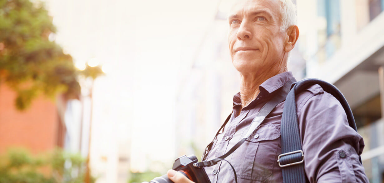 相機掛在老人的脖子上