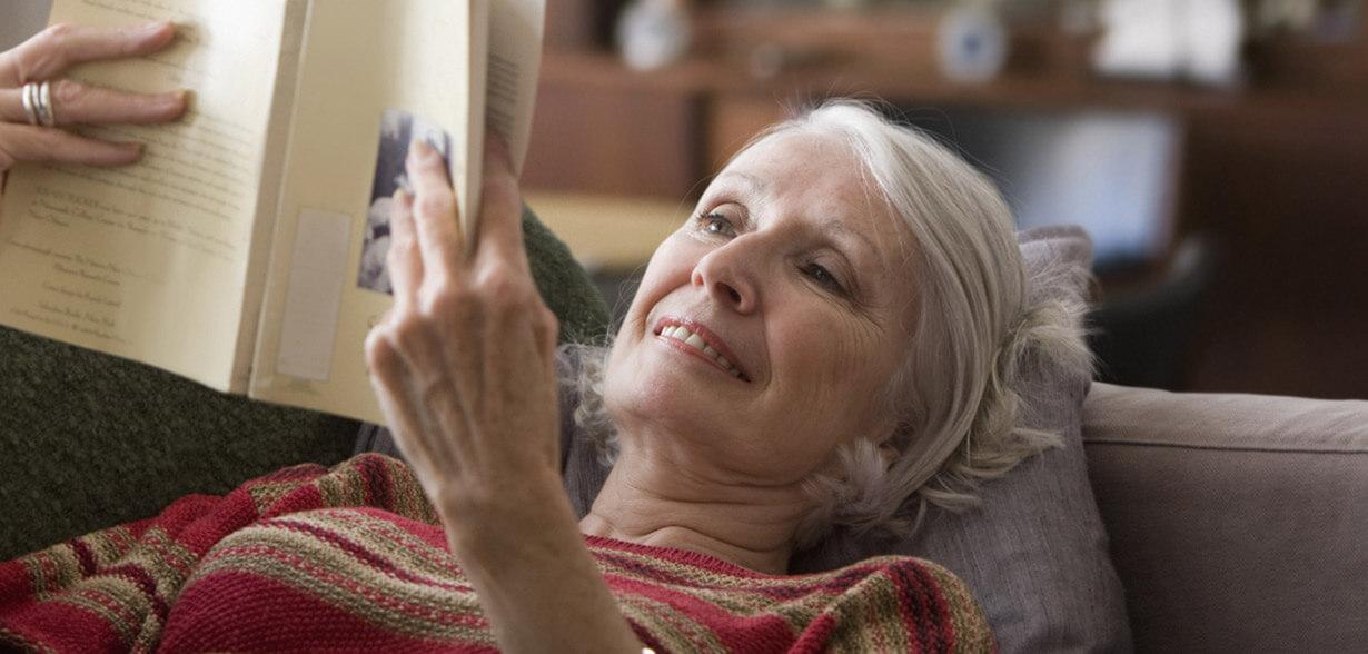 躺在沙發上看書的女人