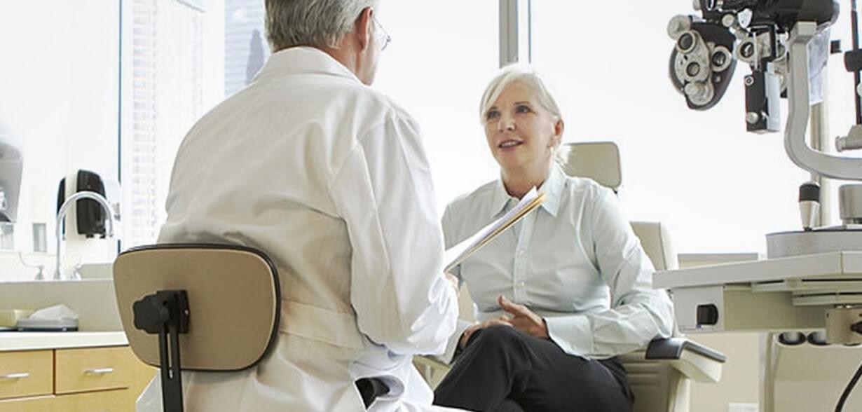 眼科醫生和病人在診間討論