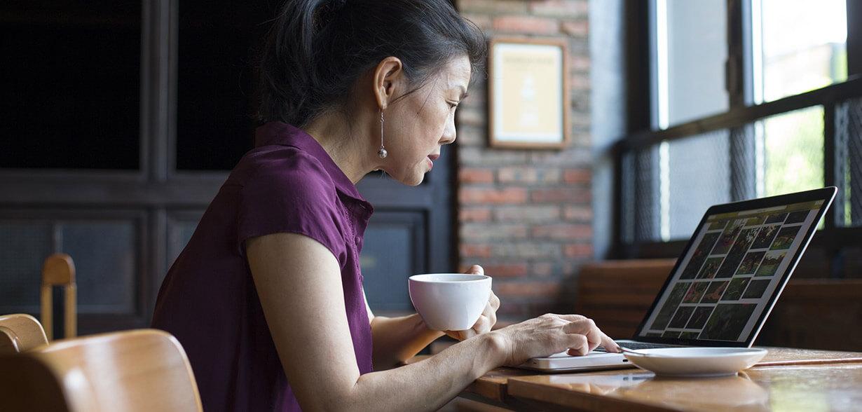 女人在喝咖啡和工作