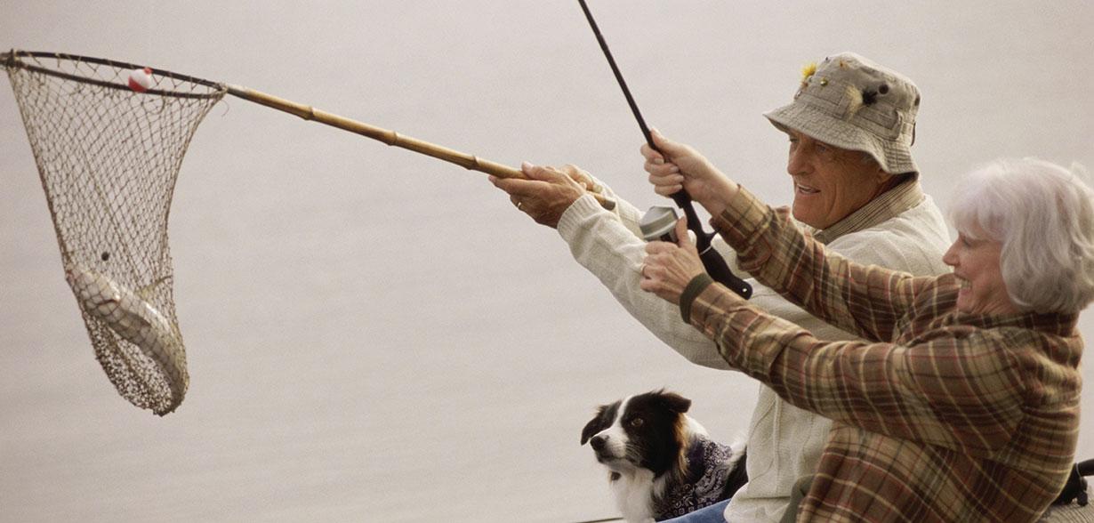 夫婦用網和釣魚竿釣魚