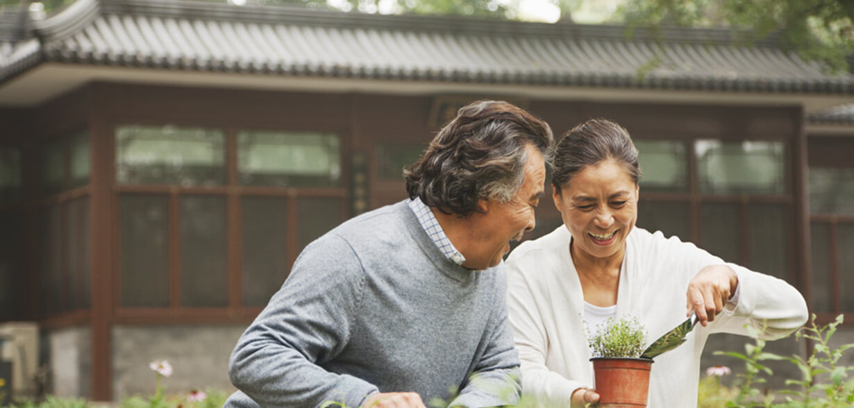 夫妻一起在戶外種花